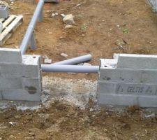 Passage d'un tuyau dans l'entrée du vide sanitaire