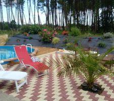 En 2014 nous avons mis une petite piscine et nous venons enfin de terminer l'extérieur !!!!