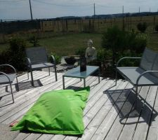 Notre nouveau salon de jardin installé devant le jardin zen