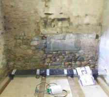Pour réaliser le silo à granulés, il faut d'abord refaire les enduits des murs qui ont été abîmés par le temps