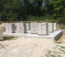 05 08 15 palettes de parpaings arrivees pour monter des murs demain et apres demain