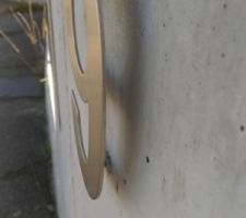 Vue de la fixation mettant le numéro de rue en léger relief