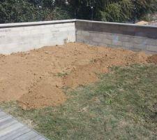 separation faite muret et panneaux rigides de 1m20 un big bag de terre vegetale debut du deuxieme