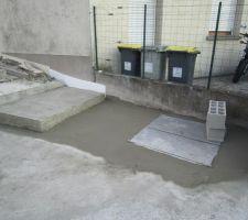 La dernière partie de terre autour du regard d'eau a disparu sous le béton.