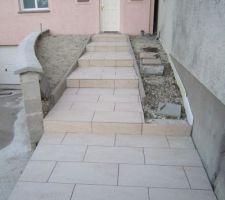 Carrelage de l'escalier d'accès à l'entrée, en attente des joints.