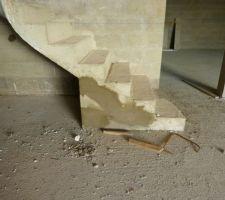 Escalier du sous-sol décoffré et réparé