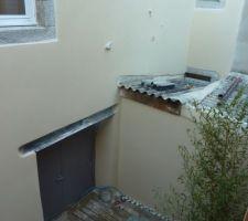 Au dessus de la porte des commun de l'immeuble cachant le loft