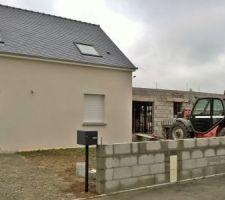 Construction du muret, coffret ERDF encastré, boîte aux lettres installée.