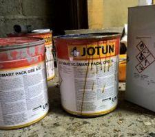 Peinture pour la protection contre la rouille le pot de gauche.... au milieu le pot de durcisseur.... a droite le pot de diluant....