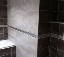 Salle de bain avec frise