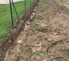 Tranchée creusées pour accueillir fondation des murs de clôture.