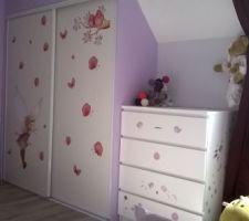 chambre de la puce version grande petite fille vue depuis le lit vers le placard