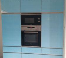 La cuisine avec l?électroménager en place et les belles protection bleues aussi
