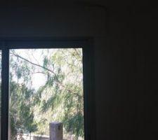 vue sur la terrasse depuis une des baies du salon