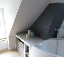 Salle de bain del'étage sous les combles avec un enduit chaux Mercadier