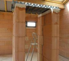 Le Velux au dessus de l'escalier, la fenêtre de la salle de bain les hourdis pour la mezzanine