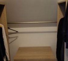 Aménagement dressing à l'étage avec une sous pente