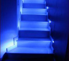 escalier en pierre fini de nuit avec spot bleue