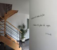 petite phrase dans le couloir allant au bureau