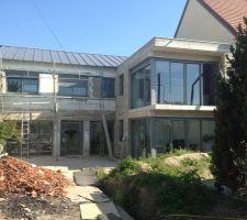 la maison prend forme aluminiums rayeners toiture panneaux sandwichs ca commence a avoir de la gueule b