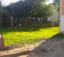 Après avoir étalé la pile de terre, nous avons semé le gazon, 2 semaines d'attente et voilà le resultat