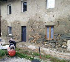 Le mur est mouillé à outrance pour favoriser l'accroche du mortier