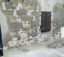 On rebouche les trous avec un mortier chaux et des pierres