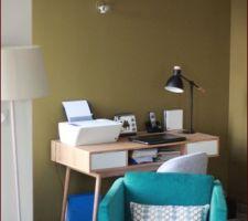 Mélange de mobilier maison du monde, canapé de la marque sit's ... peinture murale de la marque ressources falaise et mousse