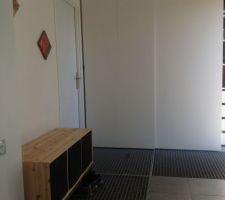 Hall d entrée: caillebotis au sol et placard du suédois de 2m