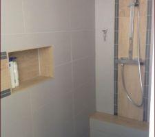 douche derriere le mur du lavabo