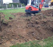 le pisciniste aquilus est venu pour creuser et nous remercions fortement un agriculteur de notre village qui est venu evacuer la terre