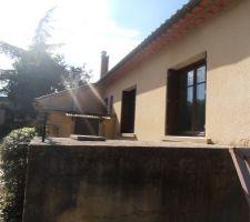 Arrière de la maison (fenêtre des chambres et porte donnant sur buanderie)