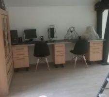 chaises pour le bureau receptionnee reste a poser les lustres et faire les socles des meubles