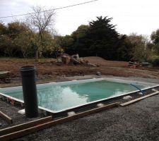 piscine remplie en attente de la ceinture beton puis de l abri