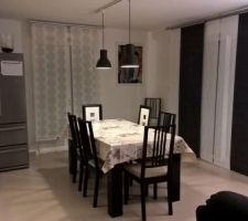 salle a manger avec eclairage panneaux rideaux ikea
