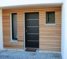 bardage bois red cedar pose en clair voie au niveau du porche d entree