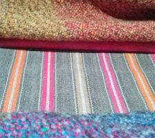 Le tissu rayé au milieu est destiné aux 2 canapés que nous aurons en janvier 2016. Il se marie parfaitement avec les couvertures irlandaises que j'ai depuis 12 ans en pure laine...