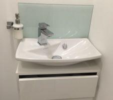 Finition du wc : installation de la Crédence en verre et du porte savon.