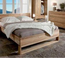 un lit moderne mais ambiance chaleureuse