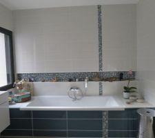 frise au sol et au mur dans l espace bain