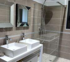 Salle d'eau de la suite avec paroi vitrée anticalcaire