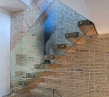 escalier suspendu marches bois garde corps verre