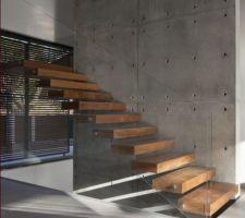 escalier suspendu marches bois sur mur d echiffre barde de plaques beton supra leger