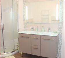 La salle de bains avec un miroir avec éclairage intégré (leroy merlin)... 10 mois après
