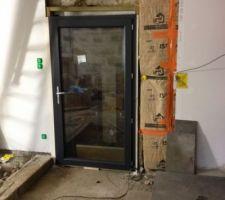 Voici la porte fenêtre qui vient d'etre posée, elle donne acces sur l'appentis (qui lui sera rénové ultérieurement).