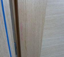 Trace rouge inexpliquée sur une porte Etna de la marque Menuiserie d'Olt à la livraison
