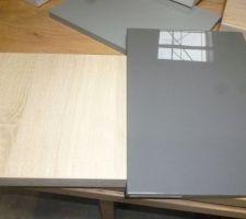 facade gris fonce brillant et plan de travail chene clair