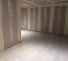 21/11/15 : carrelage RDC (pas de plinthes au niveau de la cuisine à gauche choix perso pour économiser comme il y aura les meubles devant)