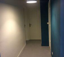 Le couloir avec son bleu qui change selon l'éclairage