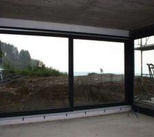 Début de la pose des fenêtres. Ici baies du salon. Baie coulissante à levage bois/alu anthracite